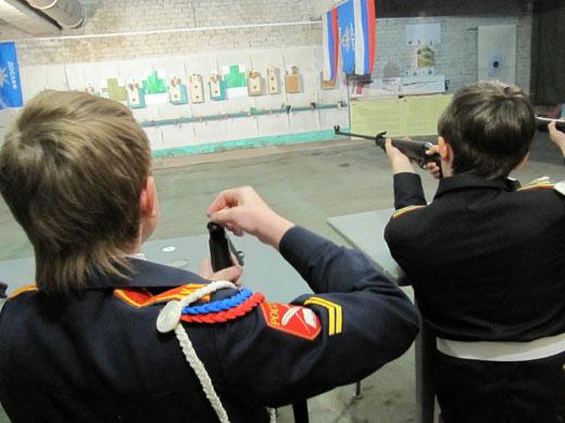 Стреляют воспитанники кадетских классов