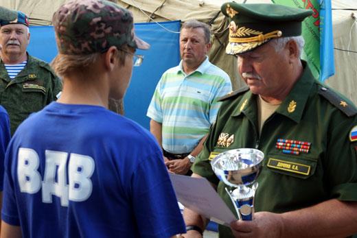 Награждение проводит Председатель РО ДР Ярославской области Дерепко С.А.